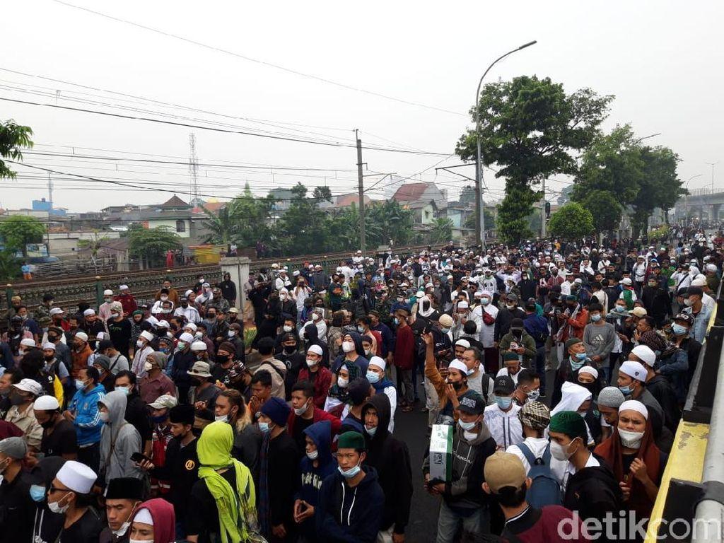 Begini Potret Kerumunan Massa di Luar Lokasi Sidang HRS