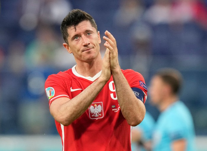 SAINT PETERSBURG, RUSSIA - JUNE 23: Robert Lewandowski of Poland acknowledges the Poland fans following their sides defeat in the UEFA Euro 2020 Championship Group E match between Sweden and Poland at Saint Petersburg Stadium on June 23, 2021 in Saint Petersburg, Russia. (Photo by Dmitry Lovetsky - Pool/Getty Images)