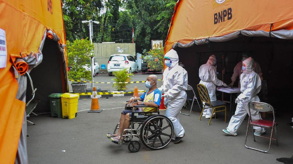 Corona Menggila, Banyak Rumah Sakit Rawat Pasien di Tenda