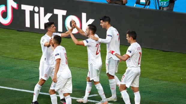 SEVILLE, SPAIN - JUNE 23: Pablo Sarabia of Spain celebrates with Gerard Moreno, Koke, Alvaro Morata and Cesar Azpilicueta after scoring their side's third goal during the UEFA Euro 2020 Championship Group E match between Slovakia and Spain at Estadio La Cartuja on June 23, 2021 in Seville, Spain. (Photo by Julio Munoz - Pool/Getty Images)