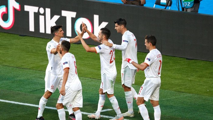 SEVILLE, SPAIN - JUNE 23: Pablo Sarabia of Spain celebrates with Gerard Moreno, Koke, Alvaro Morata and Cesar Azpilicueta after scoring their sides third goal during the UEFA Euro 2020 Championship Group E match between Slovakia and Spain at Estadio La Cartuja on June 23, 2021 in Seville, Spain. (Photo by Julio Munoz - Pool/Getty Images)
