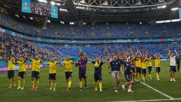 Sweden players celebrate their 3-2 win at the end of the Euro 2020 soccer championship group D match between Sweden and Poland, at the St. Petersburg stadium in St. Petersburg, Russia, Wednesday, June 23, 2021. (AP Photo/Anatoly Maltsev, Pool)