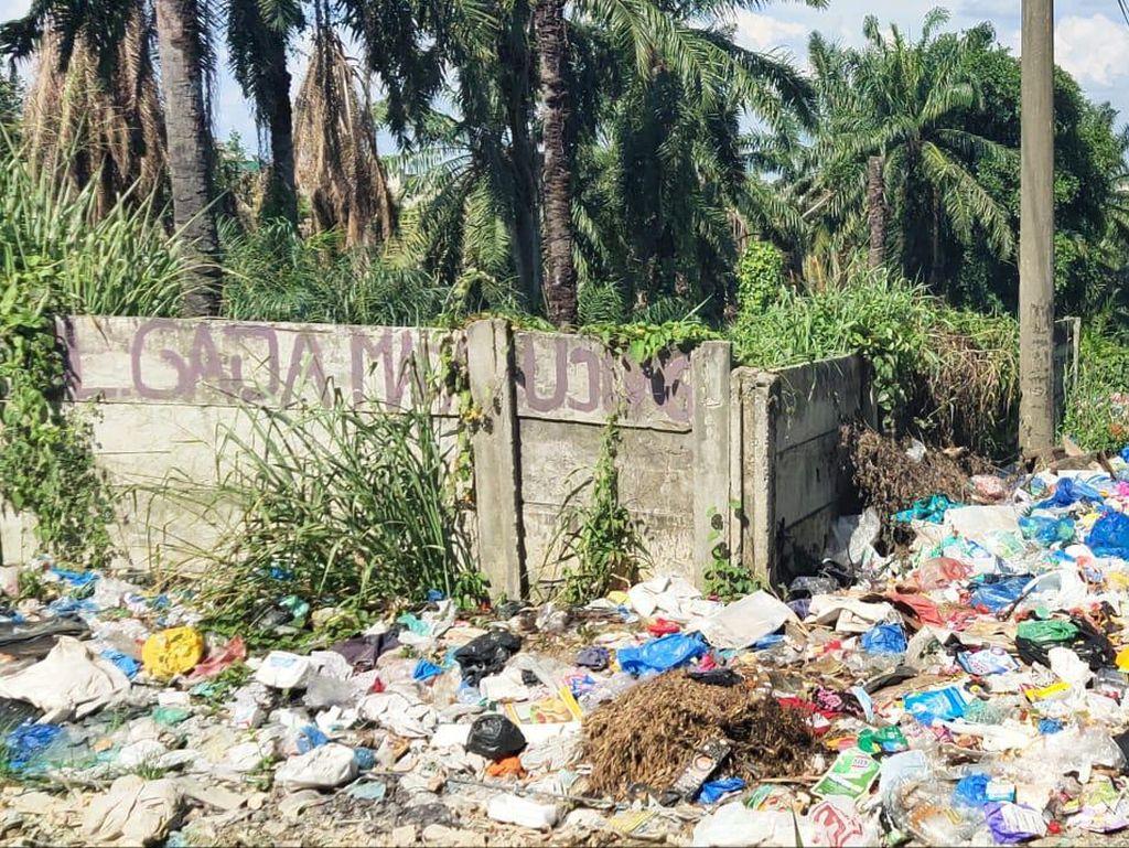 Jorok! Tumpukan Sampah Berserakan di Pinggiran Jalan Labuhanbatu