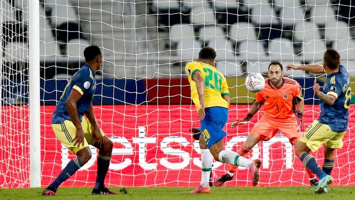 RIO DE JANEIRO, BRAZIL - JUNE 23: Roberto Firmino of Brazil scores the the first goal of his team during a Group B match between Brazil and Colombia as part of Copa America Brazil 2021 at Estadio Olímpico Nilton Santos on June 23, 2021 in Rio de Janeiro, Brazil. (Photo by Wagner Meier/Getty Images)