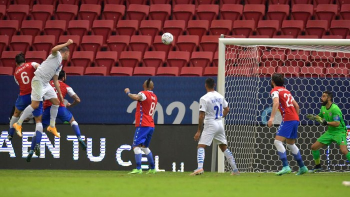 BRASILIA, BRAZIL - JUNE 24: Braian Samudio of Paraguay heads the ball to score the the first goal of his team during a Group A match between Chile and Paraguay as part of Copa America Brazil 2021 at Mane Garrincha Stadium on June 24, 2021 in Brasilia, Brazil. (Photo by Pedro Vilela/Getty Images)