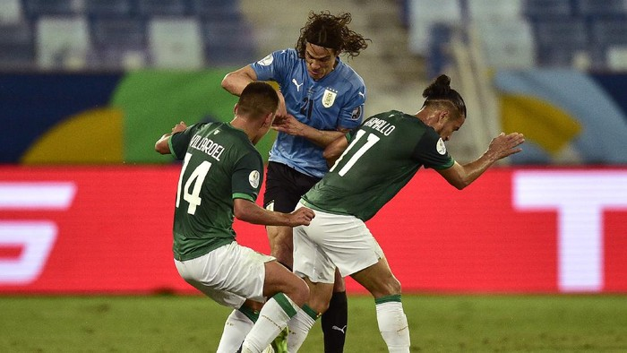 CUIABA, BRAZIL - JUNE 24: Edinson Cavani of Uruguay fights for the ball with Moises Villarroel (L) and Rodrigo Ramallo of Bolivia (R) during a Group A match between Bolivia and Uruguay as part of Copa America Brazil 2021 at Arena Pantanal on June 24, 2021 in Cuiaba, Brazil. (Photo by Rogerio Florentino/Getty Images)