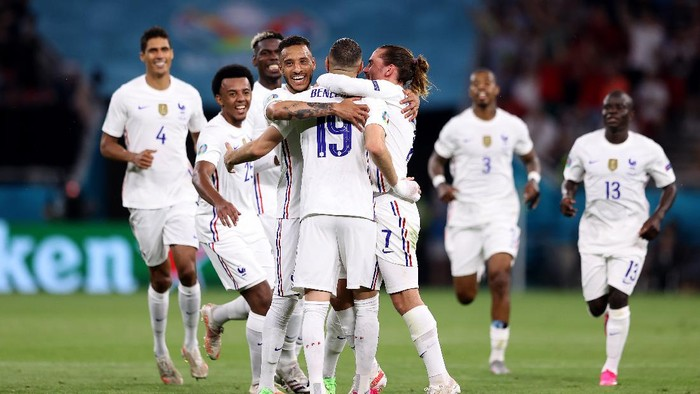 BUDAPEST, HUNGARY - JUNE 23: Karim Benzema of France celebrates with teammates after scoring their sides second goal during the UEFA Euro 2020 Championship Group F match between Portugal and France at Puskas Arena on June 23, 2021 in Budapest, Hungary. (Photo by Alex Pantling/Getty Images)