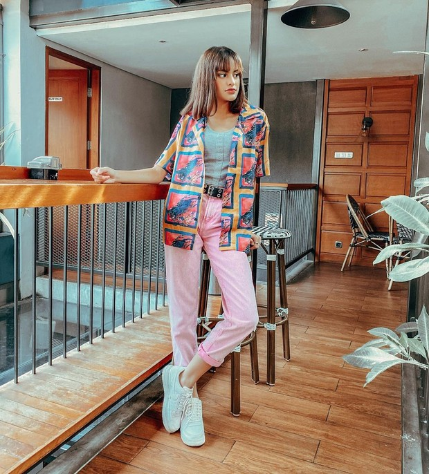 Gaya Dengan Baju Colorful ala Andira / sumber : instagram.com/andirazh