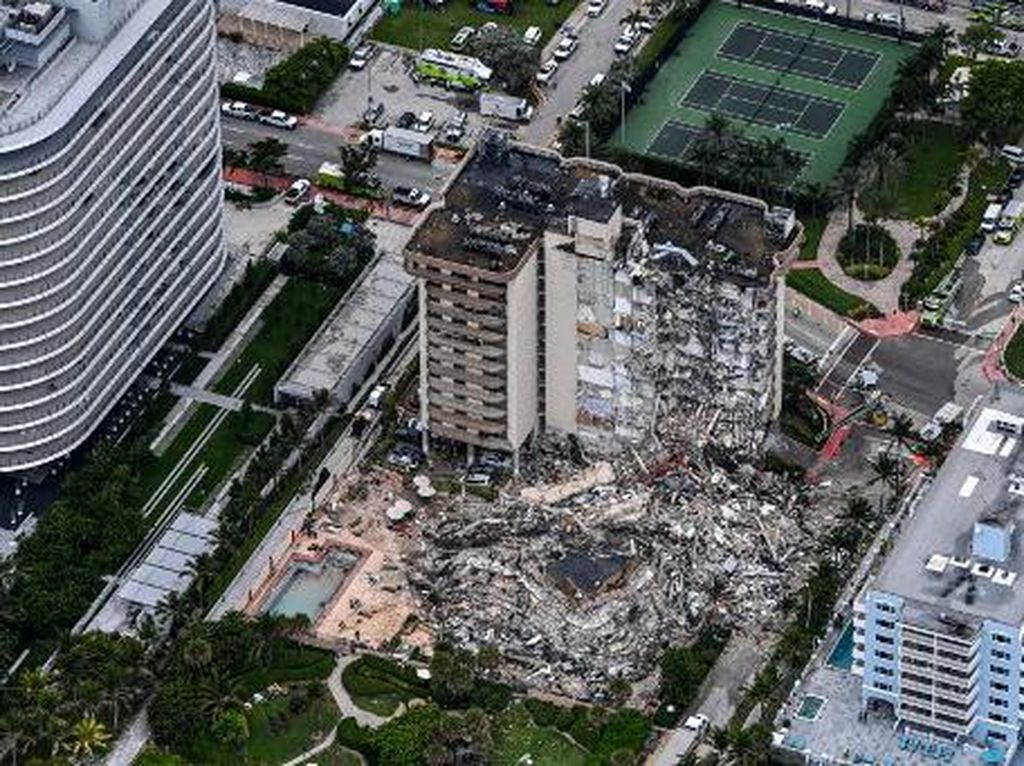 Apartemen 12 Lantai di AS Runtuh, 99 Penghuni Belum Ditemukan