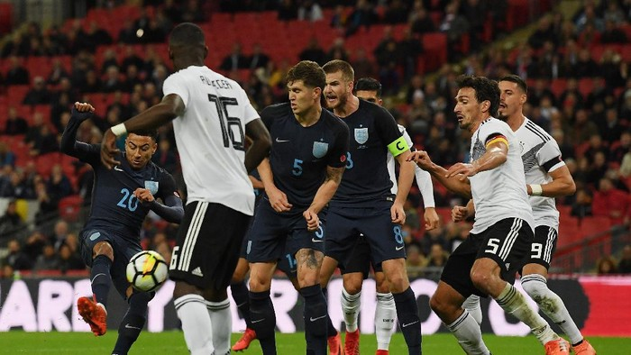 LONDON, ENGLAND - NOVEMBER 10: Jesse Lingard of England shoots during the International friendly match between England and Germany at Wembley Stadium on November 10, 2017 in London, England.  (Photo by Laurence Griffiths/Getty Images)