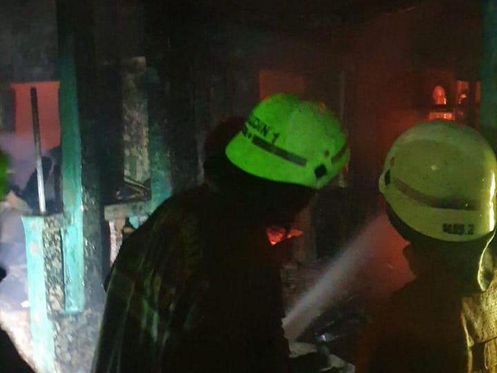 2 Rumah di Gandaria Jaksel Terbakar Subuh Tadi, 1 Warga Dilarikan ke RS