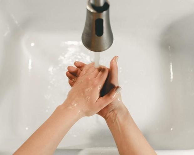 Mencuci tangan sebelum pakai softlens