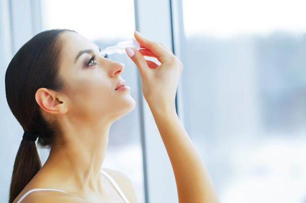 Merawat kesehatan mata saat pakai softlens