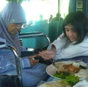 Momen Amel bertemu dengan ibu Nike Ardila.