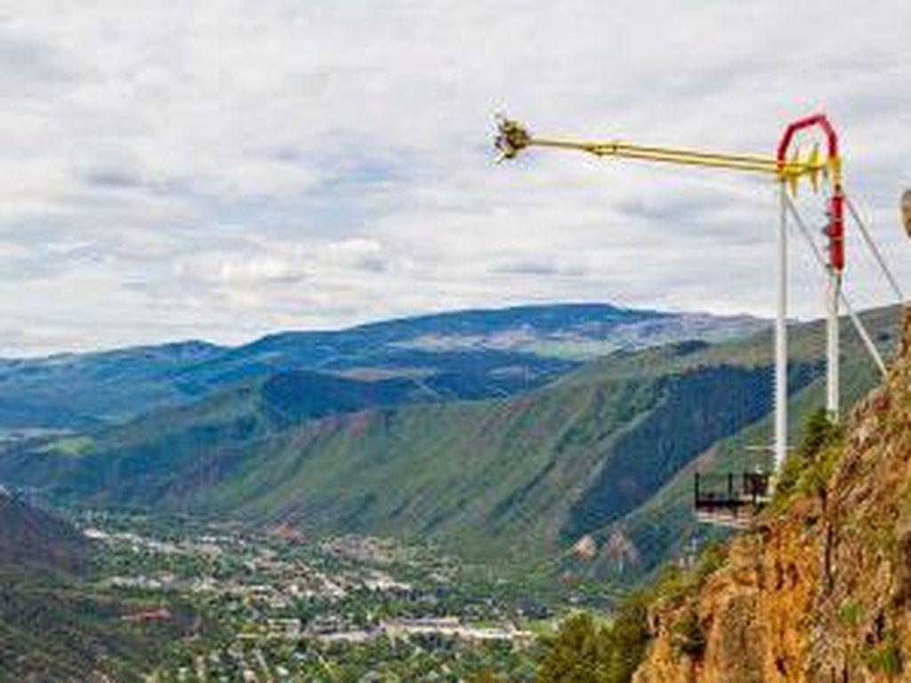 Wow, Ayunan Raksasa Ini Lintasi Tebing dari Ketinggian 396 meter!
