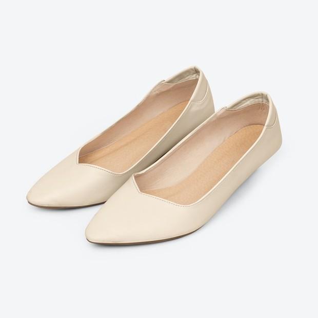 Sepatu satu ini tidak memberikan lengkungan pada kaki sehingga tidak baik bagi kesehatan jika digunakan terus-terusan.