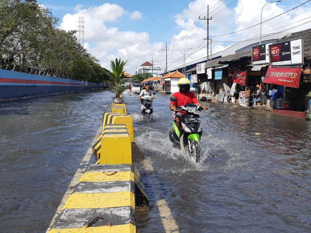 Banjir Rob Setinggi 40 Cm di Jalan Kalimas, Pengendara Diimbau Waspada