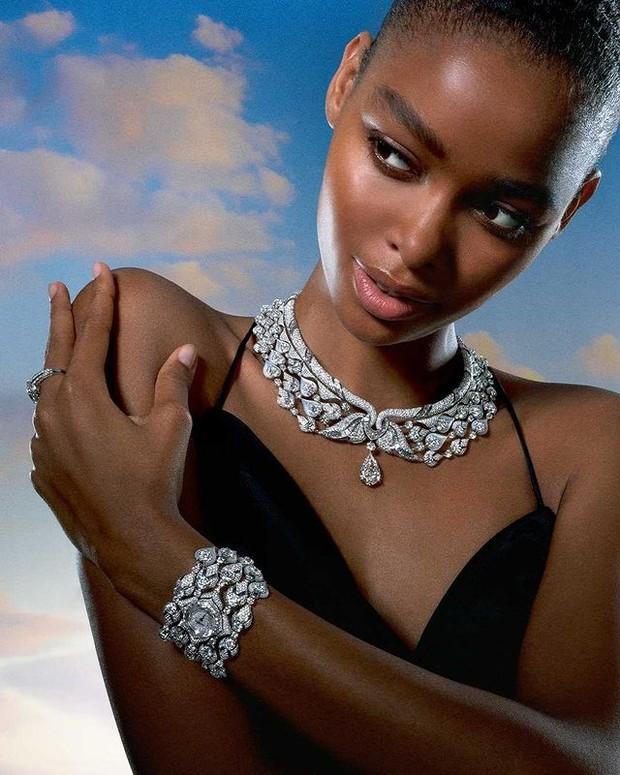 Blesnya Minher mengenakan koleksi Diamond Swan