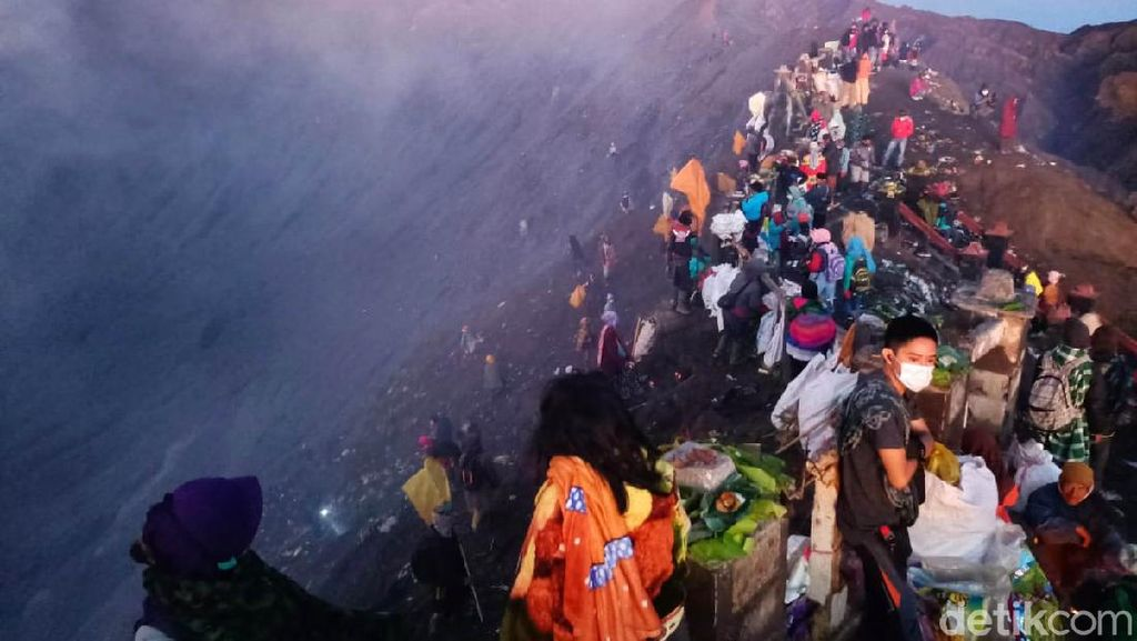 Masih Ramai Aja Peringatan Yadnya Kasada di Bromo Saat Pandemi