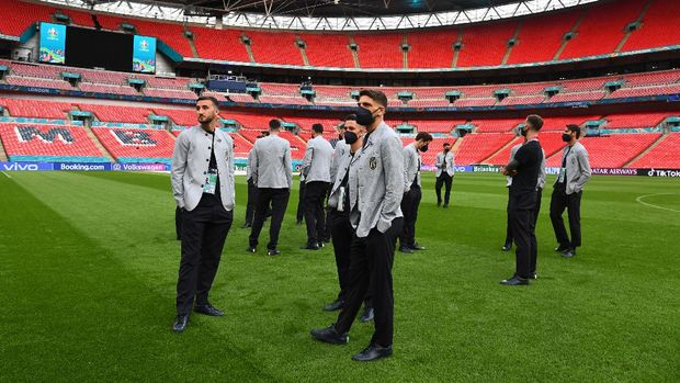 LONDON, ENGLAND - JUNE 25: Bryan Cristante and Domenico Berardi of Italy look on during walk about ahead of the Euro 2020 group/Ro16/QF/SF/Final match between Italy and Austria at Wembley Stadium on June 25, 2021 in London, England. (Photo by Claudio Villa/Getty Images)