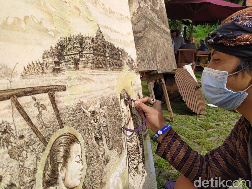 Seniman Magelang Warnai Karya Lukisnya dengan Obat Nyamuk Bakar
