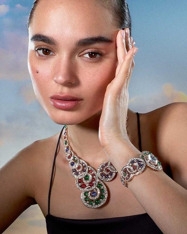 Solange Smith mengenakan Baroque Spinel Necklace