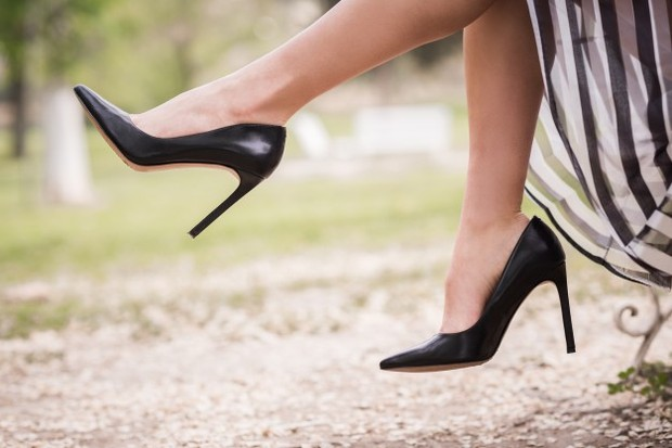 Stilettoes yang terus-menerus bisa membuat jari kaki kita berkontraksi seperti hammertoe.