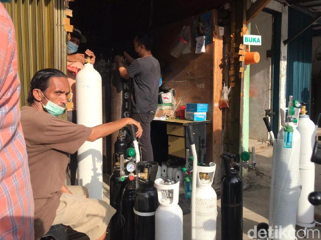 Tabung Oksigen Langka, Pembeli Rela Antre dari Pagi