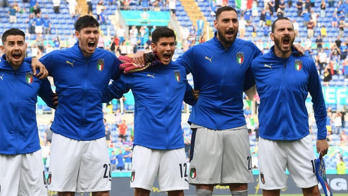 ROME, ITALY - JUNE 20: Jorginho, Alessandro Bastoni, Matteo Pessina, Gianluigi Donnarumma and Leonardo Bonucci of Italy sing the national anthem prior to the UEFA Euro 2020 Championship Group A match between Italy and Wales at Olimpico Stadium on June 20, 2021 in Rome, Italy. (Photo by Claudio Villa/Getty Images)