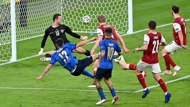 LONDON, ENGLAND - JUNE 26: Matteo Pessina of Italy scores their side's second goal past Daniel Bachmann of Austria during the UEFA Euro 2020 Championship Round of 16 match between Italy and Austria at Wembley Stadium at Wembley Stadium on June 26, 2021 in London, England. (Photo by Justin Tallis - Pool/Getty Images)