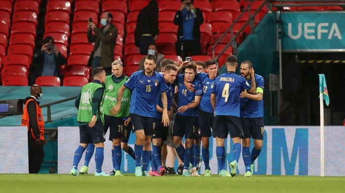 LONDON, ENGLAND - JUNE 26: Federico Chiesa of Italy celebrates with team mates after scoring their sides first goal during the UEFA Euro 2020 Championship Round of 16 match between Italy and Austria at Wembley Stadium at Wembley Stadium on June 26, 2021 in London, England. (Photo by Catherine Ivill/Getty Images)
