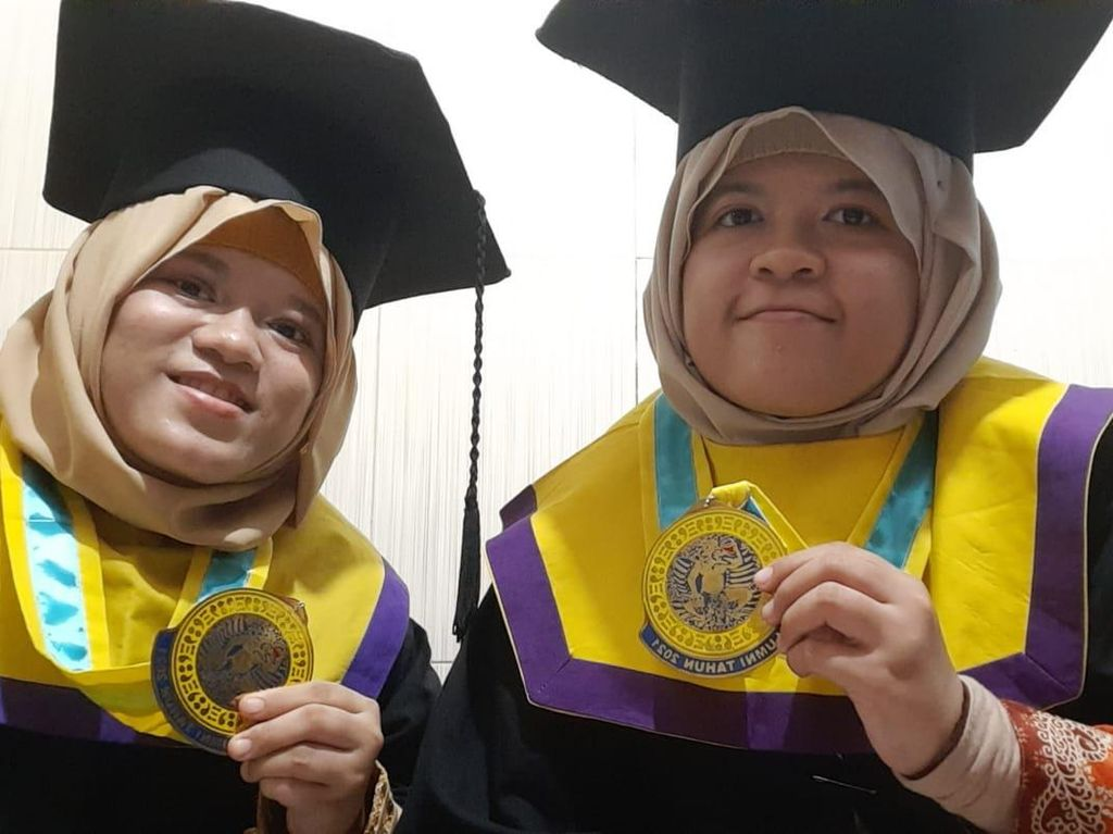 Kisah Unik Mahasiswi Kembar di Unair yang Lulus Bersama