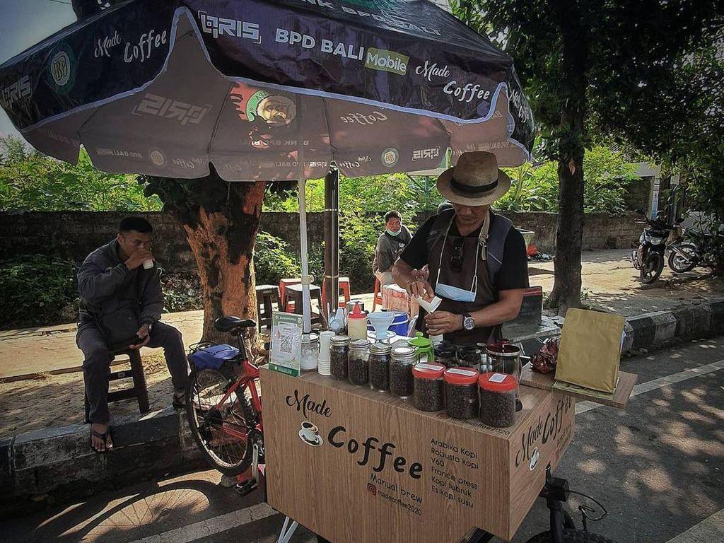 Sepi Wisatawan, Pemandu Wisata Bali Ini Jualan Kopi Keliling Pakai Sepeda