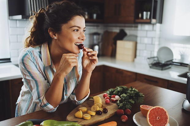 Makan makanan sehat membuat tubuh lebih baik dari gangguan kecemasan/unsplash.com