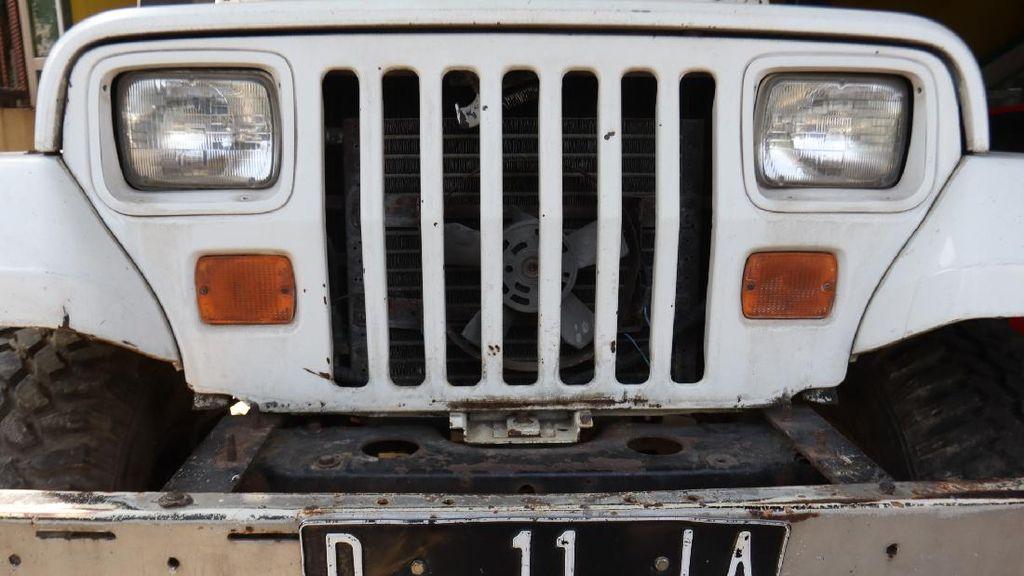 Melihat Jeep Putih Jadul Milik Nike Ardilla