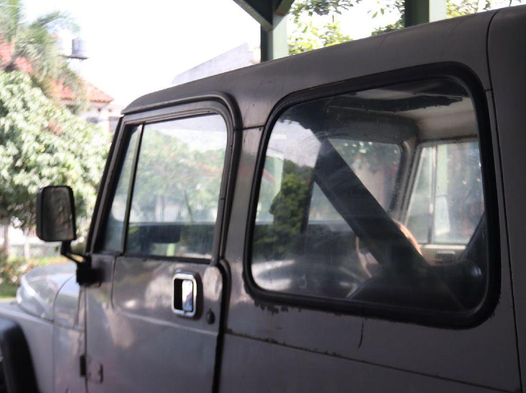 Jeep Putih Jadul Milik Nike Ardilla, 40 Tahun Masih Utuh
