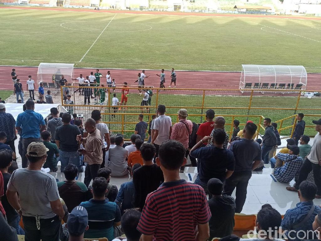 Penonton Berkerumun, Laga Persiraja Banda Aceh vs PSMS Medan Dihentikan