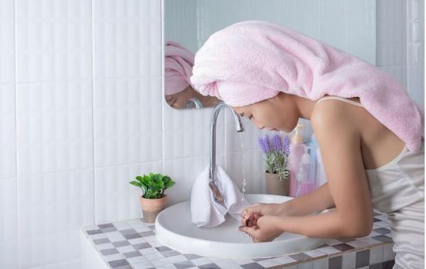 washing face (freepik.com/jcomp)