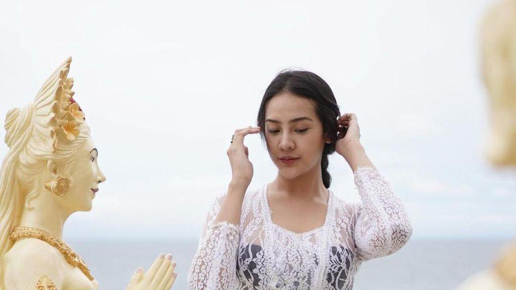 Foto Seksi Anya Geraldine Berkebaya Bali Disebut Jadi Pesona Indonesia