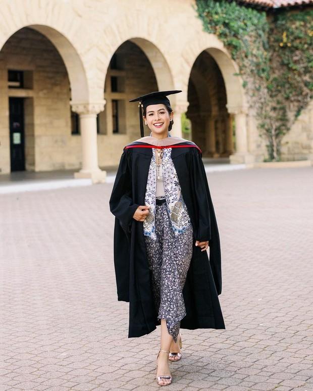 Maudy Ayunda yang berhasil raih prestasi akademik cemerlang.