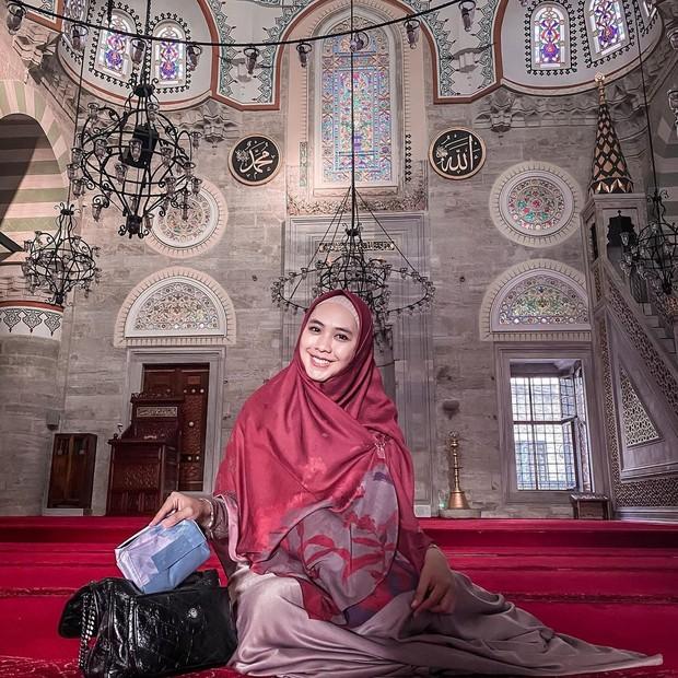 Oki Setiana Dewi sebagai artis yang mengutamakan pendidikan.