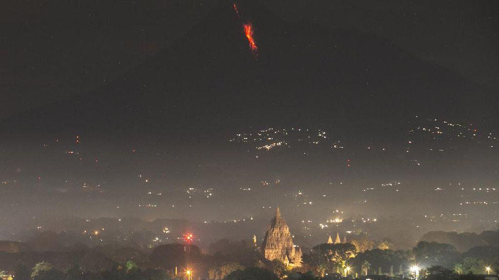 Saat Guguran Lava Merapi Terlihat dari Prambanan