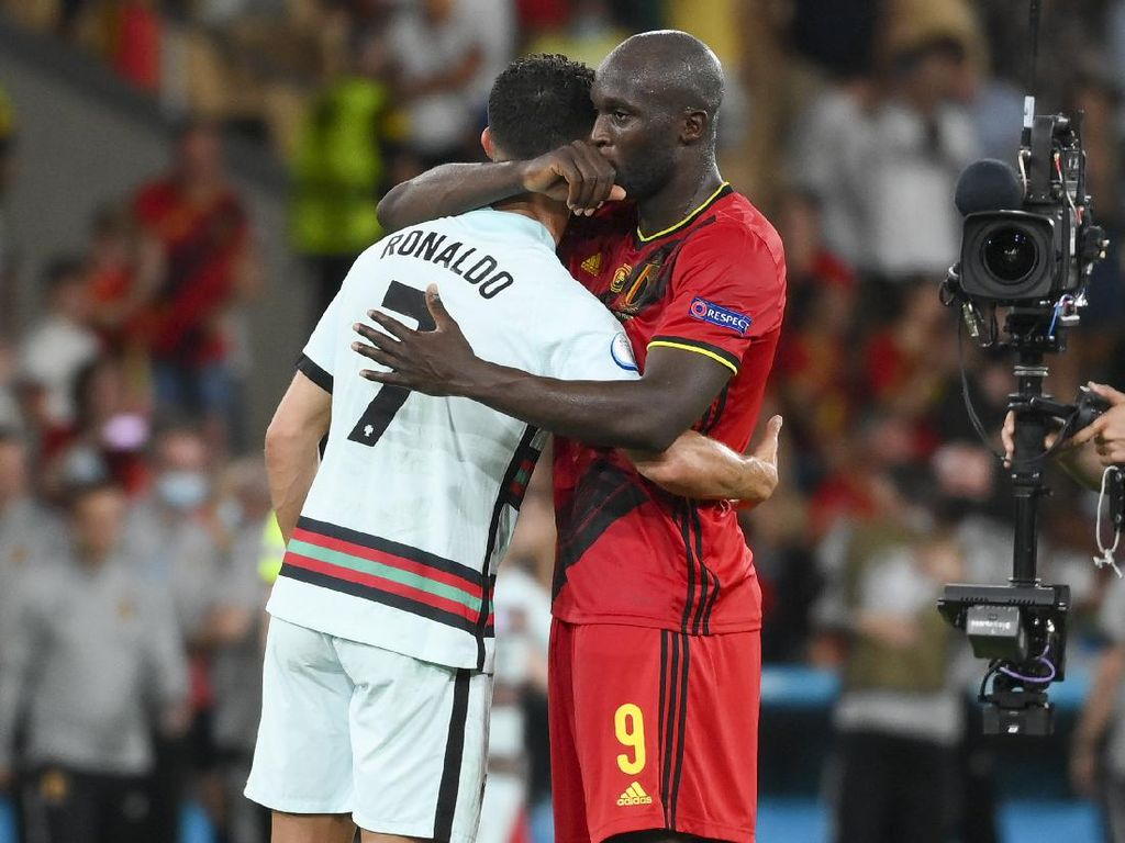 Peluk Hangat Ronaldo-Lukaku Usai Belgia Vs Portugal