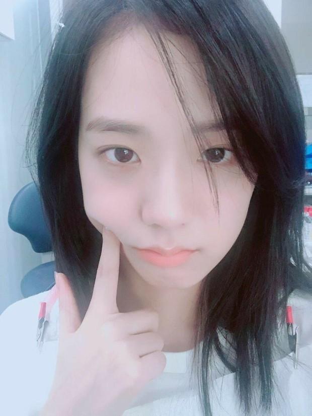 Jisoo memiliki wajah yang cantik meski tanpa makeup sekalipun.