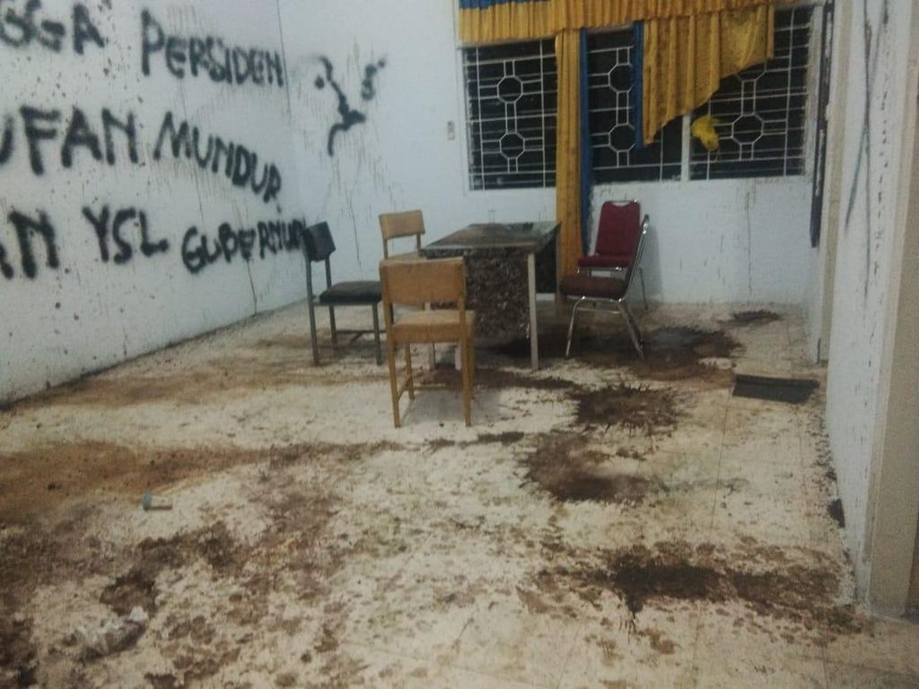 Kantor Golkar Sinjai Diserang, Dinding Dicoret-Kursi Patah