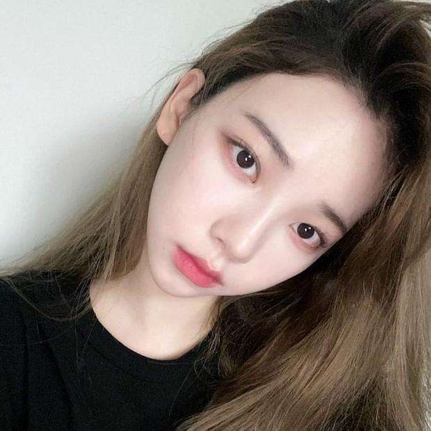 Ex dari Ulzzang ini memang sudah memiliki wajah yang cantik sekalipun tanpa makeup.