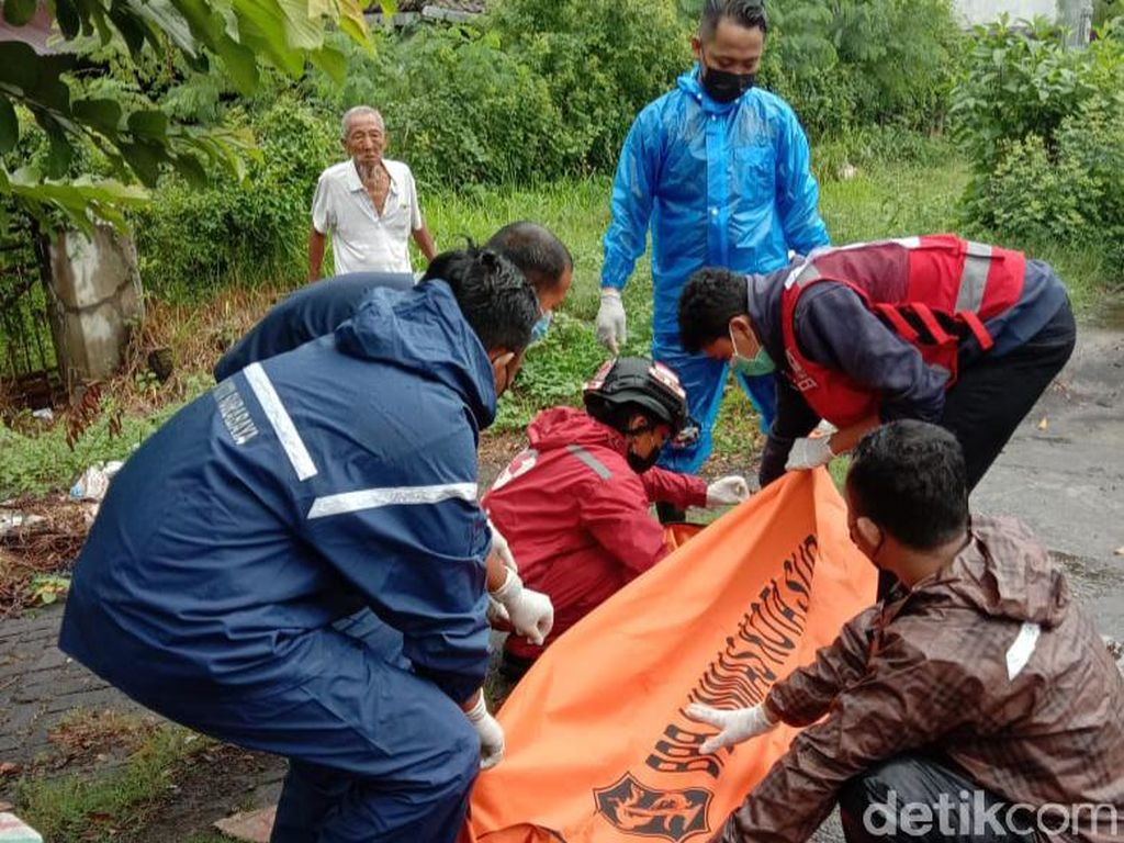 Motor Pindah Jalur Mendadak, Pasutri di Surabaya Tewas Tertabrak Pikap
