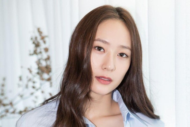 Idol kpop yang fokus berakting adalah Krystal
