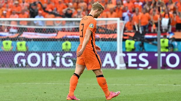 BUDAPEST, HUNGARY - JUNE 27: Matthijs de Ligt of Netherlands looks dejected after being shown a red card during the UEFA Euro 2020 Championship Round of 16 match between Netherlands and Czech Republic at Puskas Arena on June 27, 2021 in Budapest, Hungary. (Photo by Tibor Illyes - Pool/Getty Images)