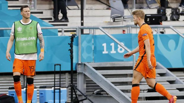 Wout Weghorst of the Netherlands watches as Matthijs de Ligt of the Netherlands walks off the pitch after seeing a red card during the Euro 2020 soccer championship round of 16 match between Netherlands and Czech Republic at the Ferenc Puskas stadium in Budapest, Hungary, Sunday, June 27, 2021. (Bernadet Szabo/Pool via AP)
